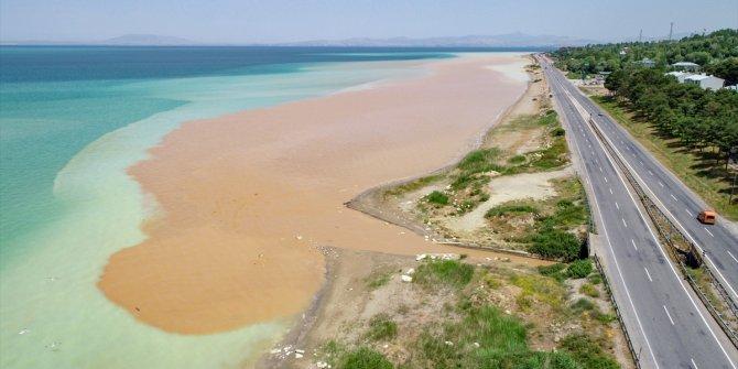 Oluk oluk Van Gölü'ne aktı: Suyun rengi böyle değişti