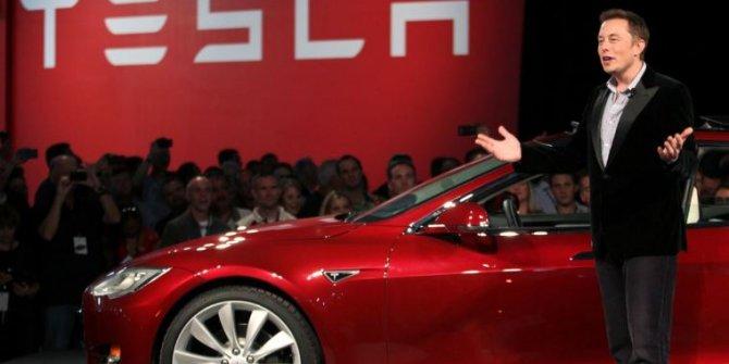 Tesla kırmızı saten şort satıyor: Nedenini öğrenince şaşırmamak elde değil