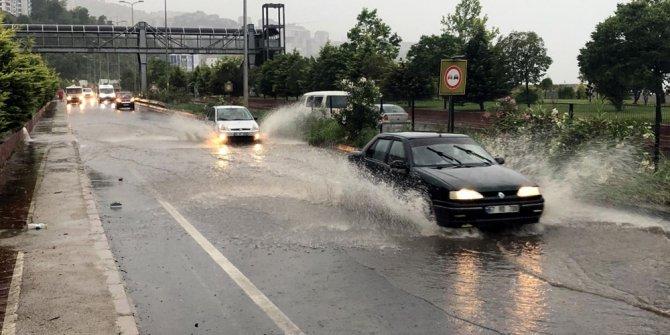Meteoroloji uyarmıştı: Sağanak vurdu, yollar göle döndü
