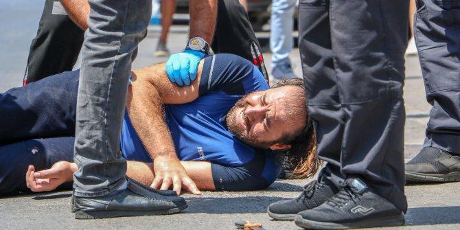 Saldırganın vurulma anı kamerada! Kimlik soran polisleri bıçakladı yaralı polisin kurşunuyla durduruldu