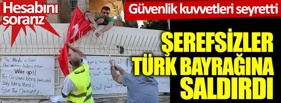 Şerefsizler Türk bayrağına saldırdı: Güvenlik kuvvetleri seyretti