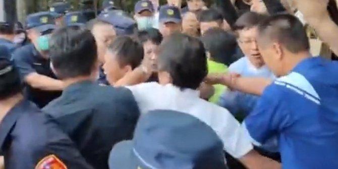 Tayvan Parlamentosu'nda yumruklar konuştu