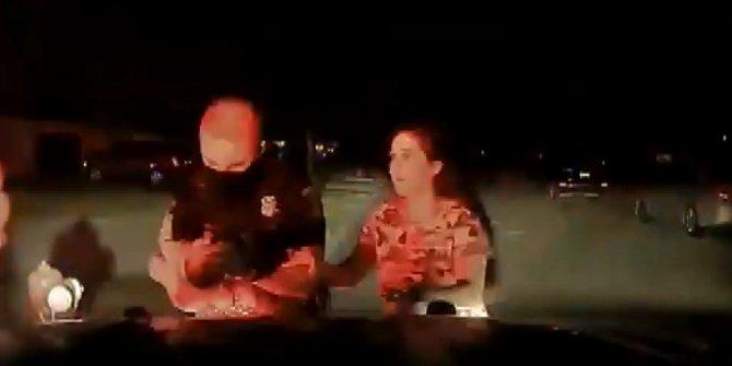Kahraman polis bebeği ölümden böyle kurtardı