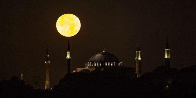 İstanbulluları mest etti: Dolunaydan hayran bırakan fotoğraflar