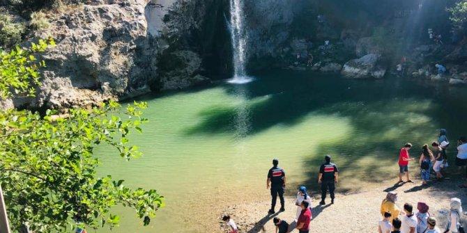 Herkes paniğe kapıldı, o kıyafetleri ile suya atladı! 10 yaşındaki kız çocuğunu boğulmaktan kahraman Mehmetçik kurtardı