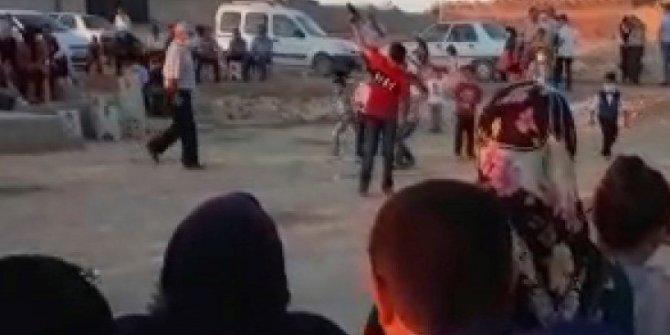 Çocukların eline silah verip ateş ettirdiler