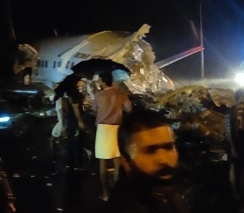 Son dakika: Hindistan'da yolcu uçağı düştü