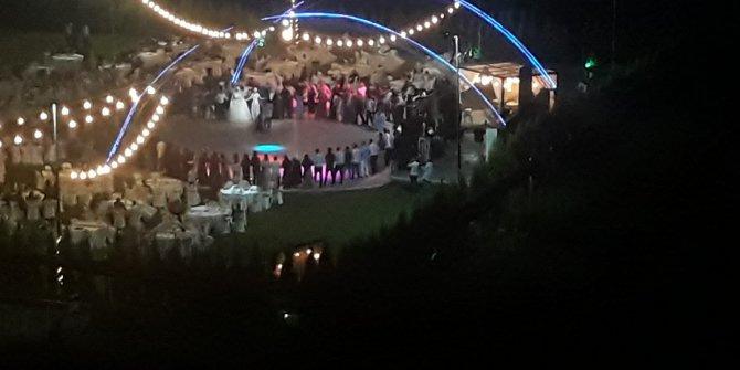 İzmir'de korona artışına rağmen halay çektiler