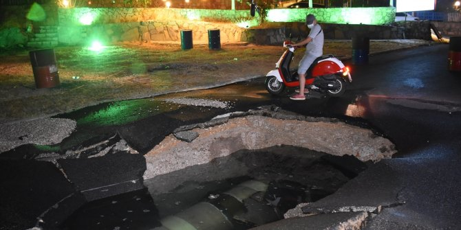 Bodrum'da içme suyu hattı patladı! Yollarda göçükler oluştu