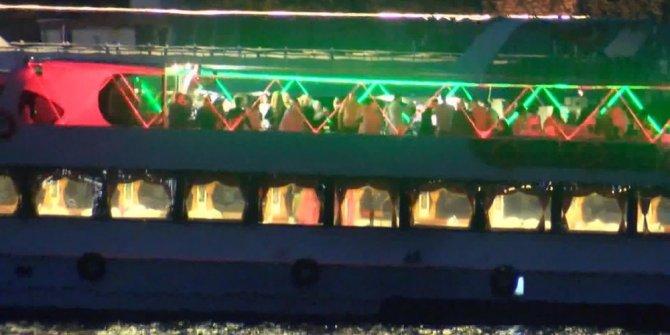 Korona virüse rağmen teknede eğlence yaptılar