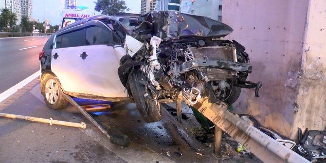 Kartal'da otomobil bariyere çarptı