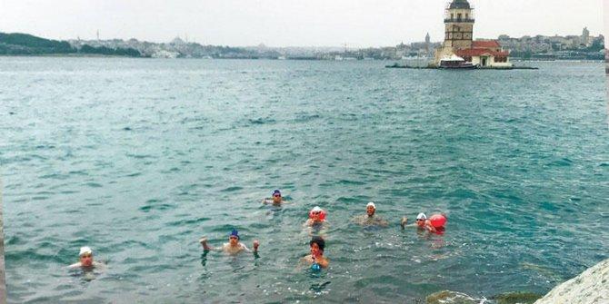 Anadolu Yakası'ndan Avrupa Yakası'na yüzerek işe gidiyorlar, gündelik eşyaları yanlarında, İstanbul trafiğine çare buldular