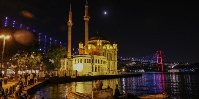15 Temmuz Şehitler Köprüsü Süper Lig'e çıkan Karagümrük'ün renkleriyle ışıklandırıldı