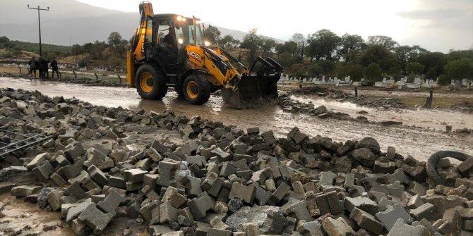 Ege'de yağış ve fırtına etkili oldu! Duvarlar yıkıldı, ağaçlar devrildi