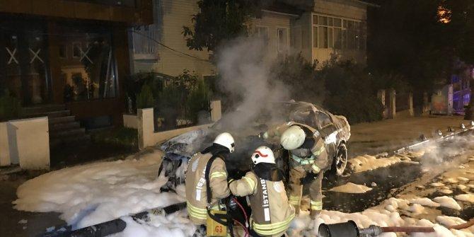 İstanbul'da korkutan kaza! Otomobil elektrik direğine çarptı alev aldı