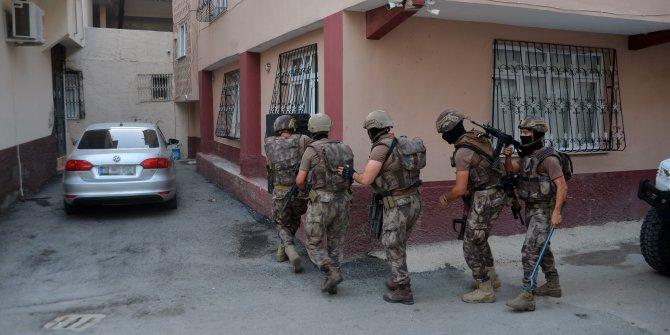 Polis kapıları kırıp evlere girdi