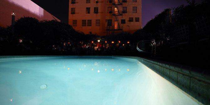 Karantinayı delip havuza daldı