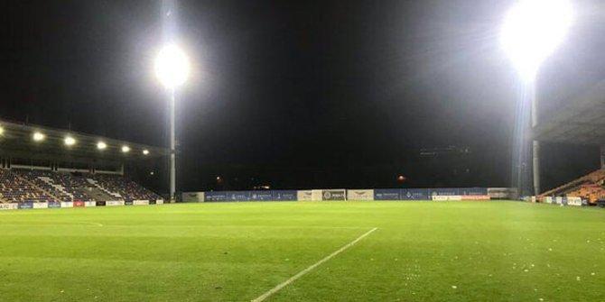 Stadın ışıklandırması bomba gibi patladı! Avrupa Ligi'ndeki Riga FC-Tre Fiori maçı ertelendi