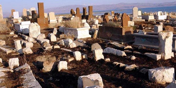 Defineciler, 5 bin yıllık mezarlığı talan etti. Ünlü halk ozanının kabri de orada
