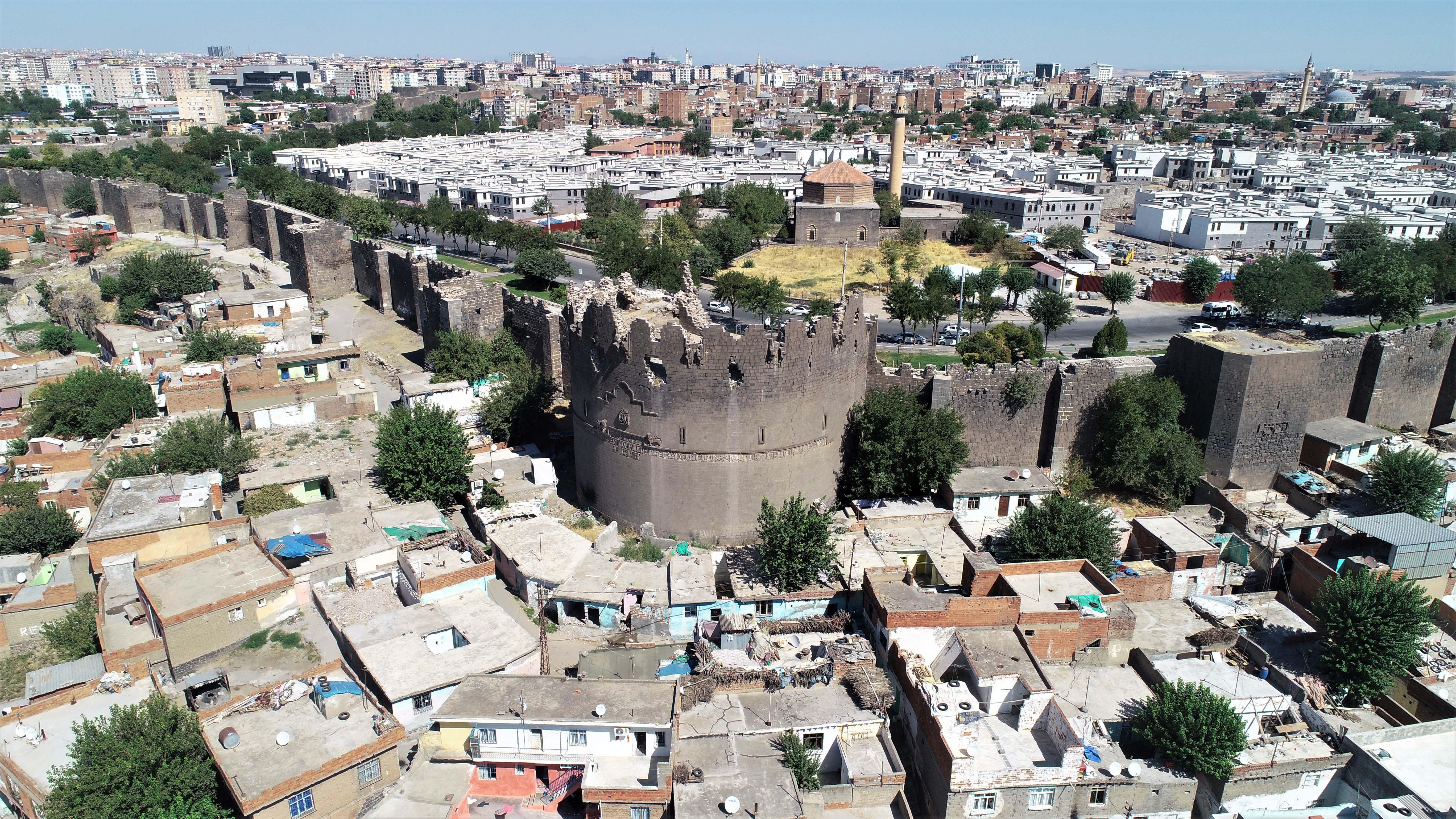 Tarihi surlar kazıldıkça topraktan fışkırdı! Diyarbakır'da tüyleri diken diken eden olay! Bilim insanları şaşkına döndü!
