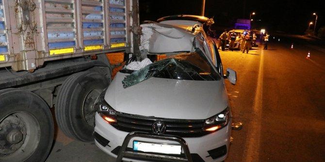 Elazığ'da çarpışan iki araç savruldu! Park halindeki TIR'ın altına girdi