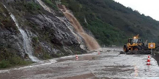 Karadeniz'de bir sel daha: Artvin'de sel suları dağın yamacından indi, yollar kapandı