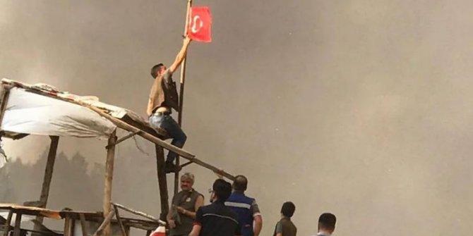 Yangında Türk bayrağını canları pahasına kurtardılar: Helal olsun böyle vatan evlatlarına