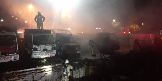 Otoparktaki 6 araç cayır cayır yandı