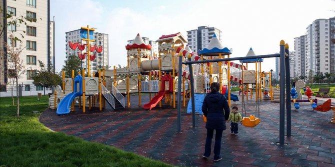 Karantinadaki aile çocuk parkında yakalandı
