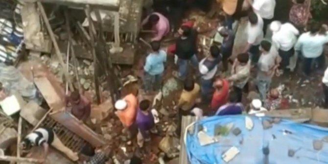 Hindistan'da 3 katlı bina çöktü: 10 ölü