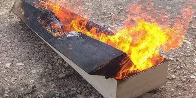 Kütahya'da korona virüsten ölen kişinin tabutu yakıldı!