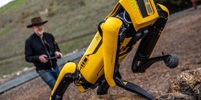 Uçan arabadan sonra şimdi de uçan robot geliyor