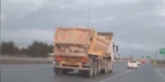 Hafriyat kamyonları dehşet saçmaya devam ediyor, biri 120'yle araç solluyor diğeri kapağı açık gidiyor