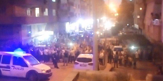 Hem de Şehitler Tepesi'nde! Duyan koştu! Şanlıurfa'da Türk bayrağını indirmeye kalkışan kişiyi, linçten polis kurtardı