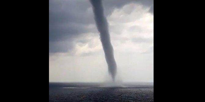 Antalya'da denizin ortasında dev hortum çıktı, ortalık birbirine girdi