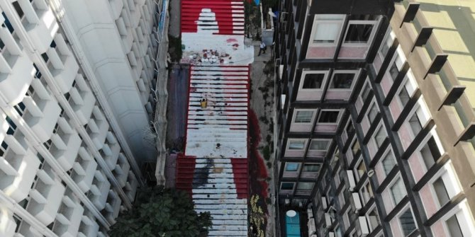 Öğrencilerin Beyoğlu'nun merdivenlerini sanatla doldurdu