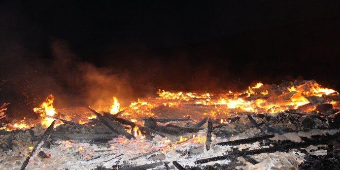 Yayladaki evler aynı anda yanarak kül oldu