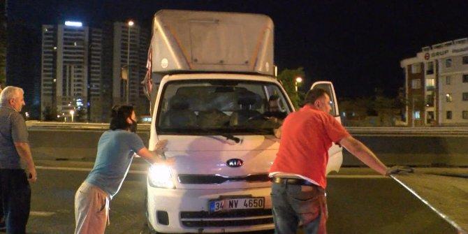 Otomobilin çarptığı kamyonet devrildi! Kaza yerinden kaçtı