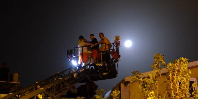Tatbikat değil gerçek! İstanbul Kadıköy'de korku dolu anlar! Yangında mahsur kalan 3'ü bebek 20 kişi kurtarıldı! Çatılara çıktılar