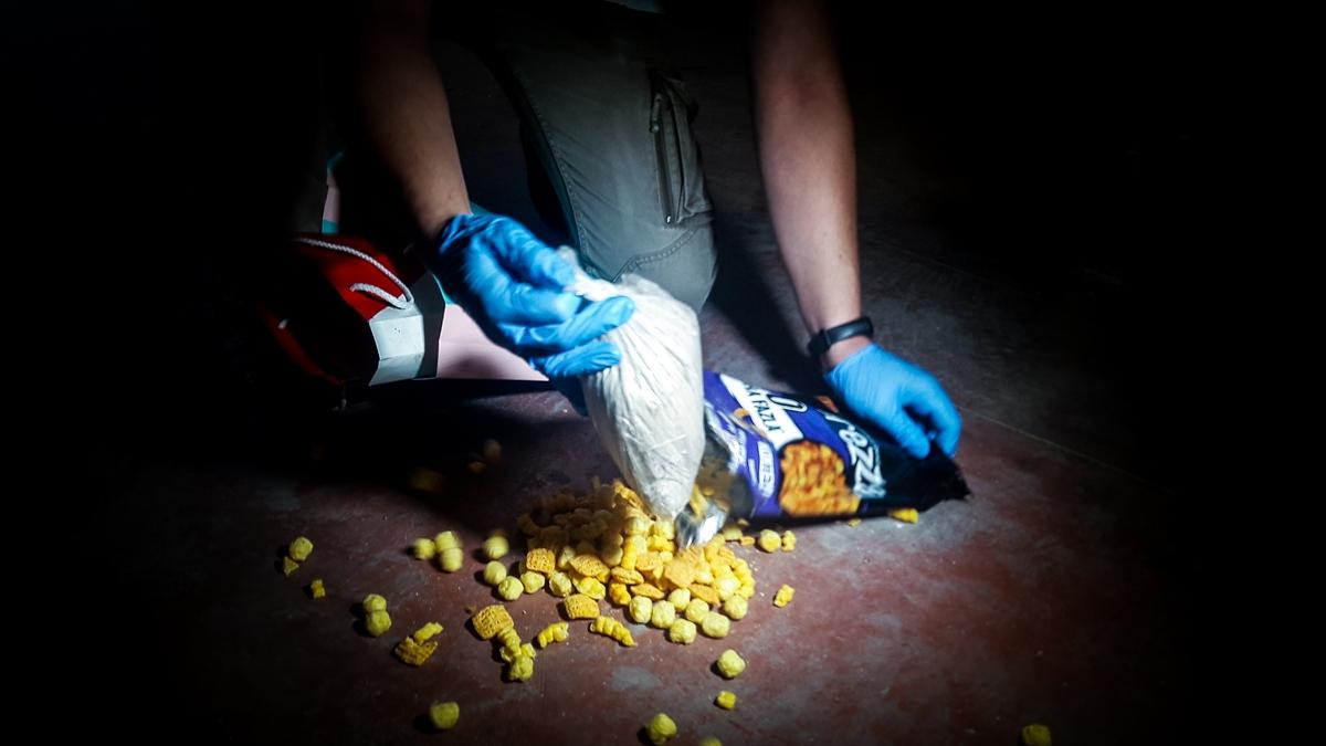 Bursa'da cips paketine saklanmış eroini narkotik köpeği Fırtına buldu