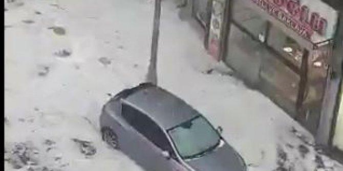 Bağıra bağıra gelen şiddetli yağış Kadıköy'ü bu hale getirdi