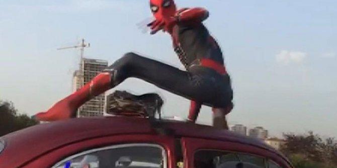 İstanbul'un göbeğinde Örümcek Adam sürprizi. Polisler bile şaştı kaldı