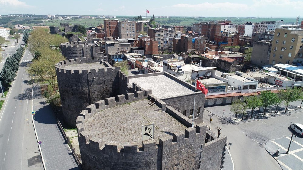 90 yıl önce 'hava gelmiyor' diye top atışlarıyla yıkılan Diyarbakır surları yeniden inşa edilecek