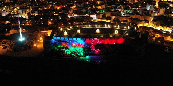 Nevşehir Kalesi'ni Azerbaycan ve Türk bayrağı aydınlattı