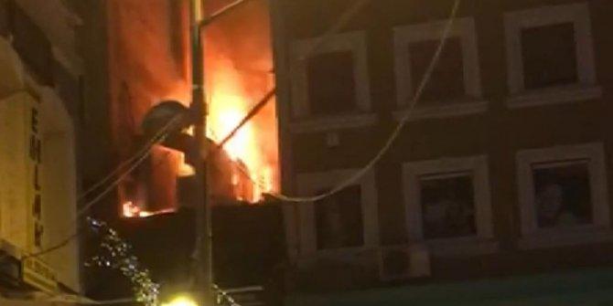 Beşiktaş'ta dönercide çıkan yangın geceyi aydınlattı