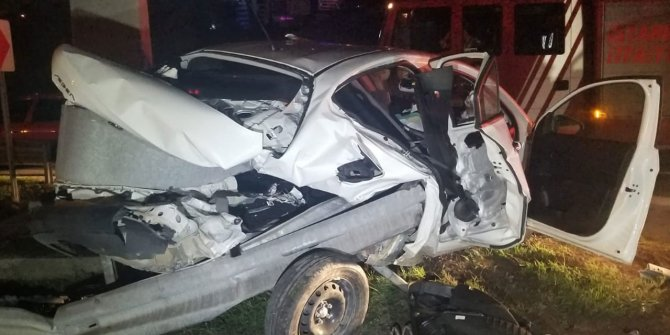 TEM'de feci kaza, otomobil bariyerlere ok gibi saplandı