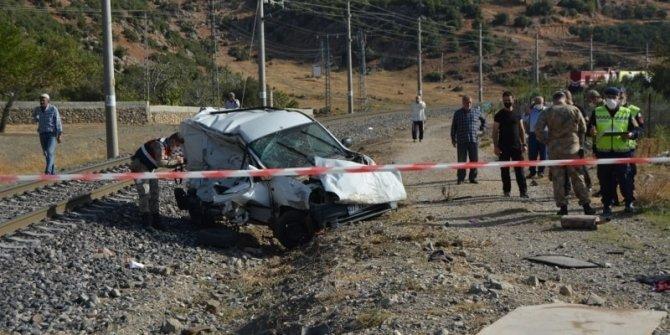Tren araca çarptı: 1'i çocuk 2 kişi öldü