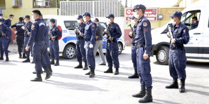Karaman'daki cezaevi önünde dehşet anları. Kadınların kavgasında tabanca ateşlendi: Gardiyan yaralı