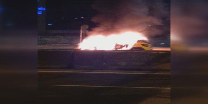 Kadıköy'de hareket halindeki taksi alev alev yandı