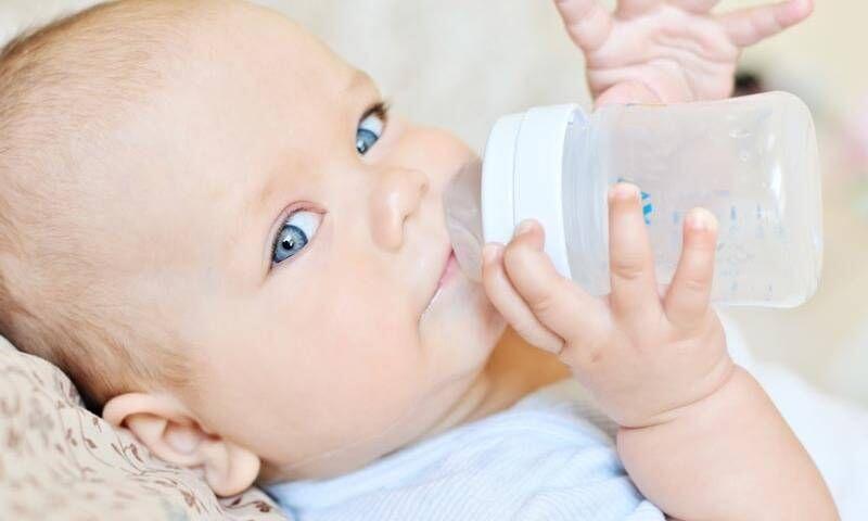 Ebeveynler dikkat! Bebeğinize Biberon verirken 10 kez düşünün